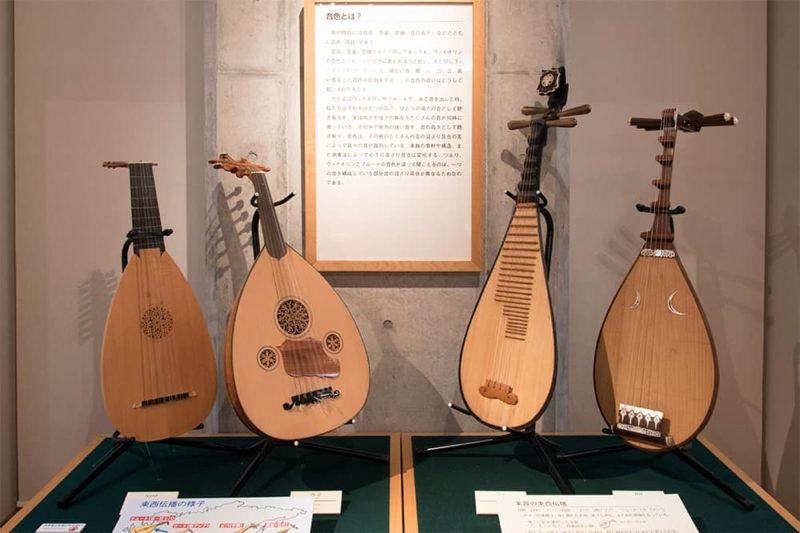 写真左からリュート、ウード、ビバ、琵琶